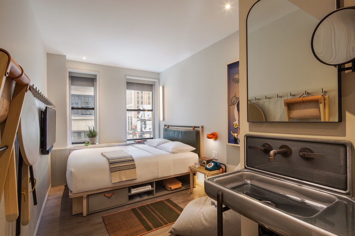 moxy hotel nyc times square bedroom